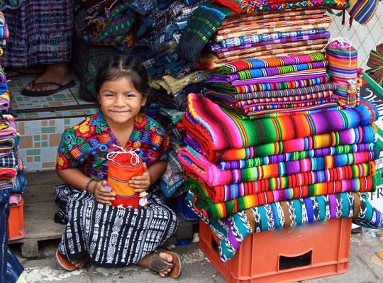 niña con textiles de la cultura maya